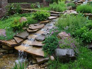 Декоративный водопад в саду